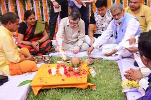 Photo of Shri Gangwar performs Bhoomi Pujan of 100 Bedded New ESIC Hospital at Bareilly, U.P done